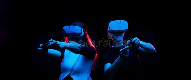 Het paar met virtuele werkelijkheidshoofdtelefoon speelt spel royalty-vrije stock foto