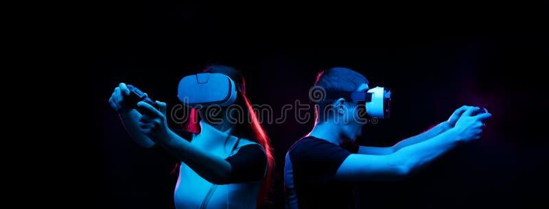 Het paar met virtuele werkelijkheidshoofdtelefoon speelt spel royalty-vrije stock afbeeldingen
