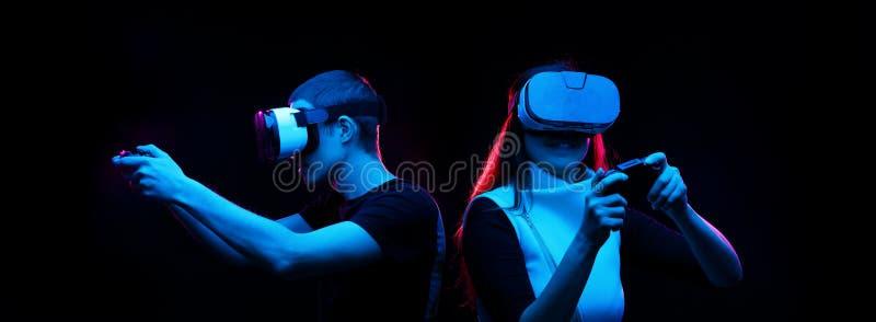 Het paar met virtuele werkelijkheidshoofdtelefoon speelt spel royalty-vrije stock foto's