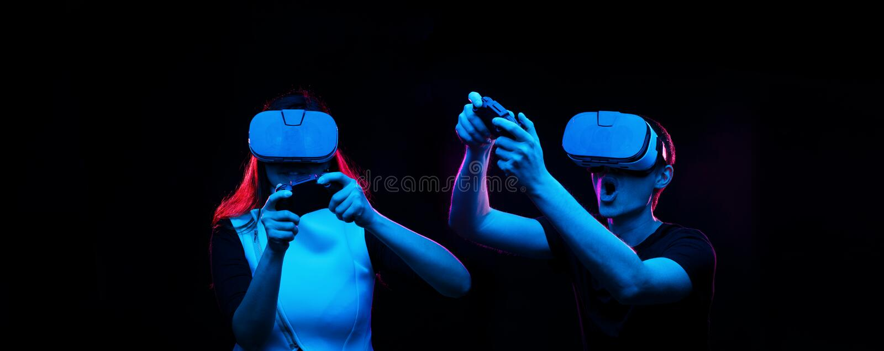 Het paar met virtuele werkelijkheidshoofdtelefoon speelt spel stock fotografie