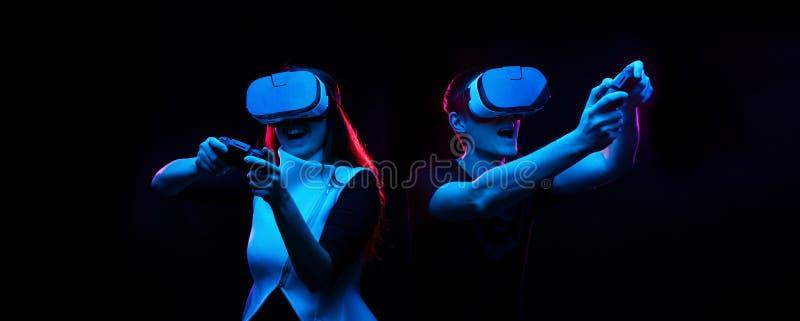 Het paar met virtuele werkelijkheidshoofdtelefoon speelt spel stock foto's