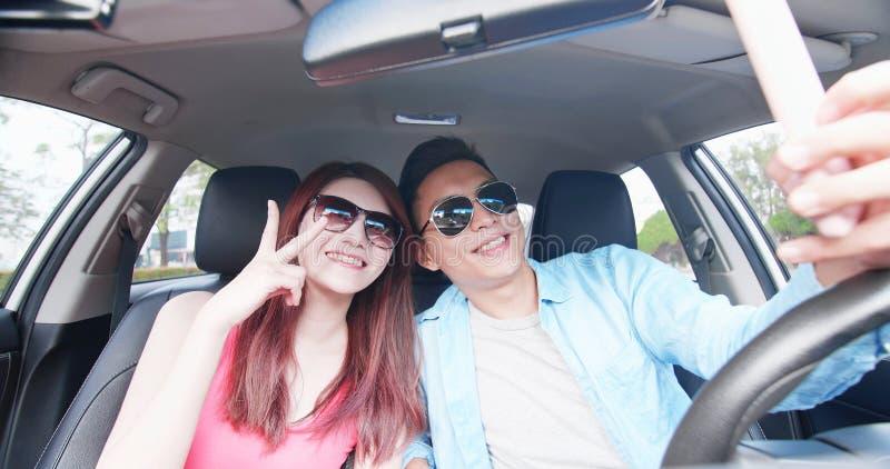 Het paar neemt selfie in auto royalty-vrije stock foto