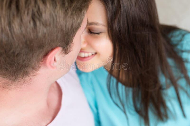 Het paar nestelt zich de gelukkige verhouding van de liefdeaffectie stock foto's