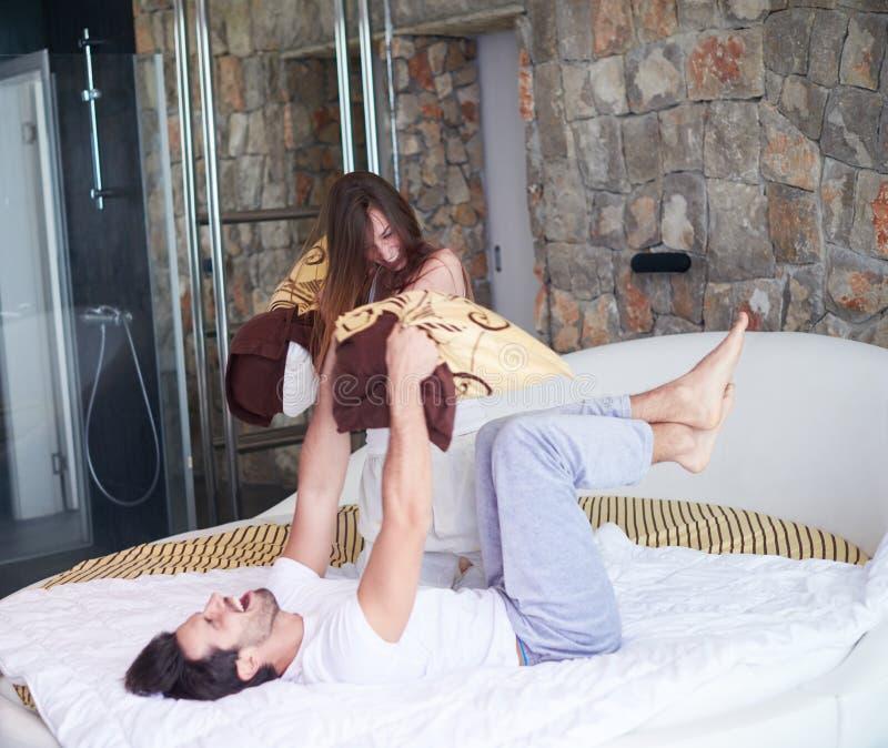 Het paar ontspant en heeft pret in bed royalty-vrije stock afbeeldingen