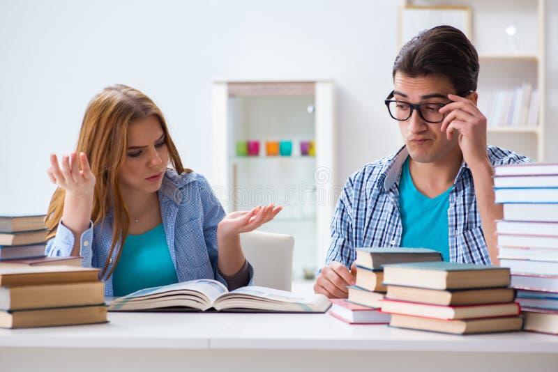 Het paar studenten die voor universitaire examens bestuderen stock fotografie