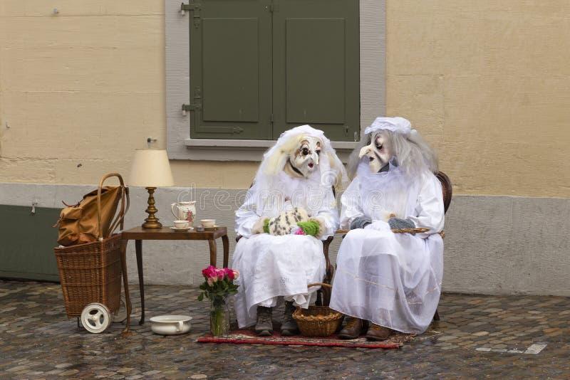 Het paar van Bazel Carnaval 2019 van oude dames stock afbeelding
