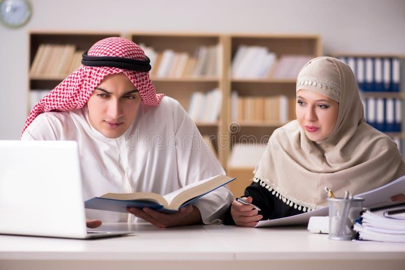 Het paar van de Arabische mens en vrouw royalty-vrije stock afbeelding
