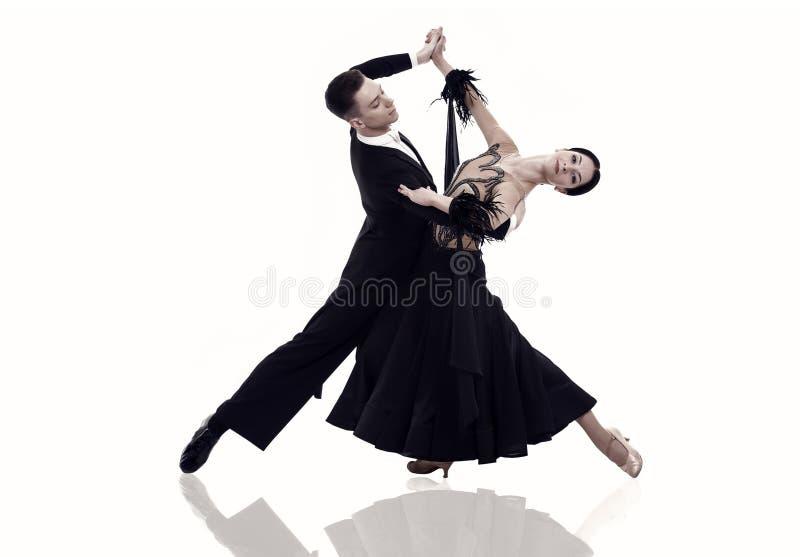 Het paar van de balzaaldans in een dans stelt geïsoleerd op wit royalty-vrije stock afbeelding