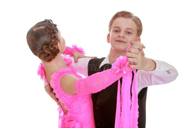 Het paar van de de jeugddans in mooie bovenkledij stock afbeeldingen