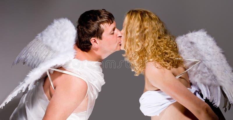 Het paar van de engel het kussen stock foto