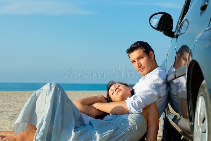 Het paar van de het strandauto van de aandrijving royalty-vrije stock fotografie