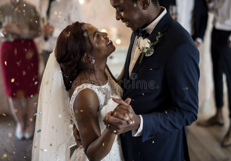 Het Paar van de jonggehuwde Afrikaanse Afdaling het Dansen Huwelijksviering royalty-vrije stock afbeeldingen