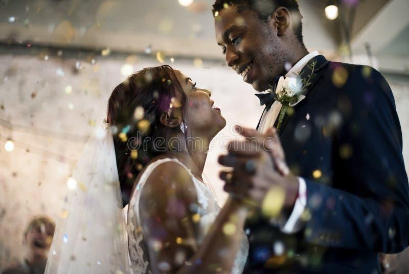 Het Paar van de jonggehuwde Afrikaanse Afdaling het Dansen Huwelijksviering royalty-vrije stock afbeelding