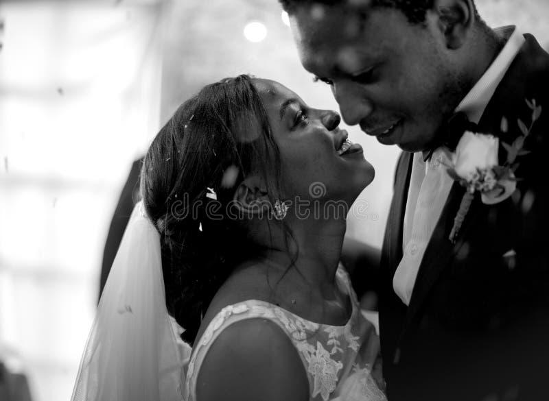 Het Paar van de jonggehuwde Afrikaanse Afdaling het Dansen Huwelijksviering stock afbeeldingen