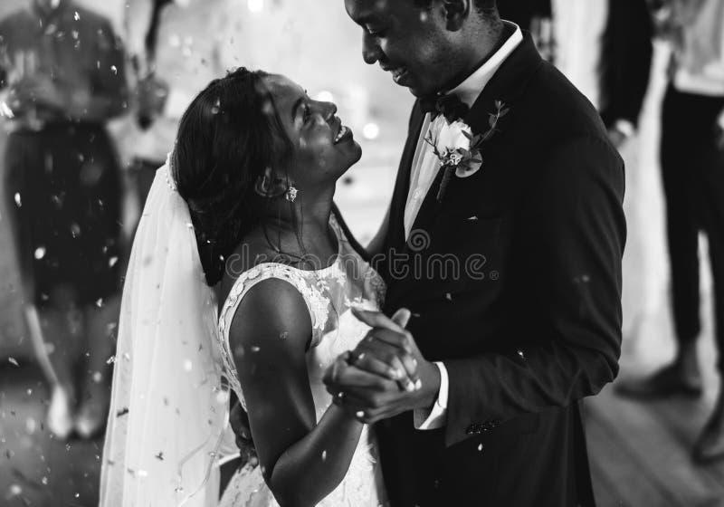 Het Paar van de jonggehuwde Afrikaanse Afdaling het Dansen Huwelijksviering stock fotografie