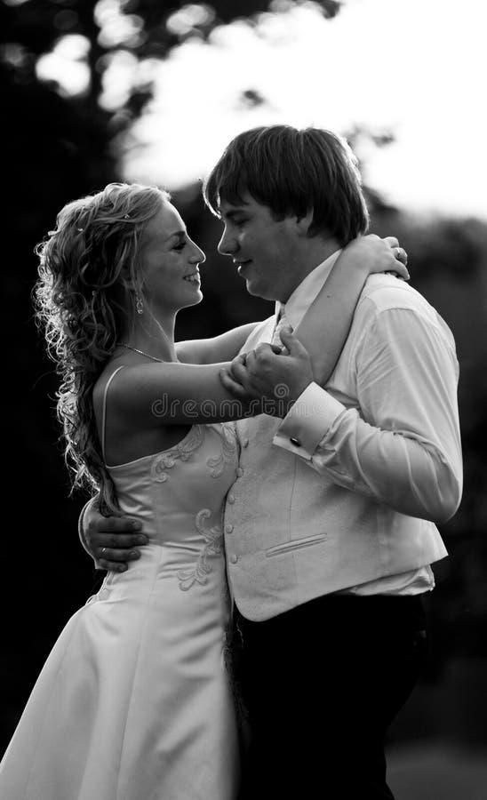 Het paar van de jonggehuwde het omhelzen stock foto's