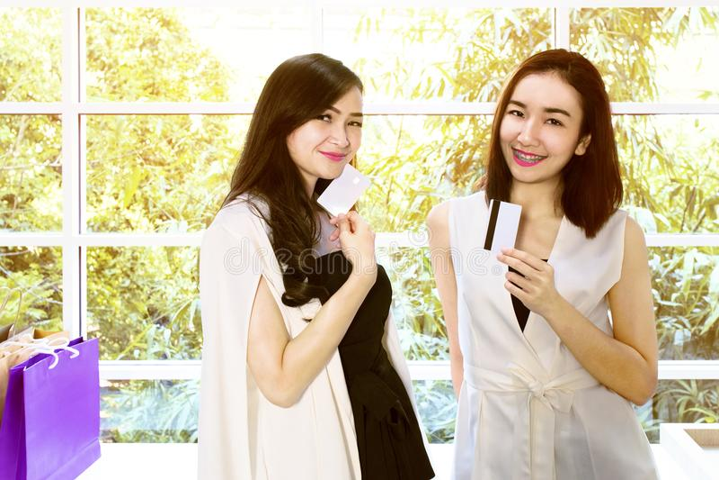 Het paar van de portretvrouw in zwart-wit kostuum stock afbeelding