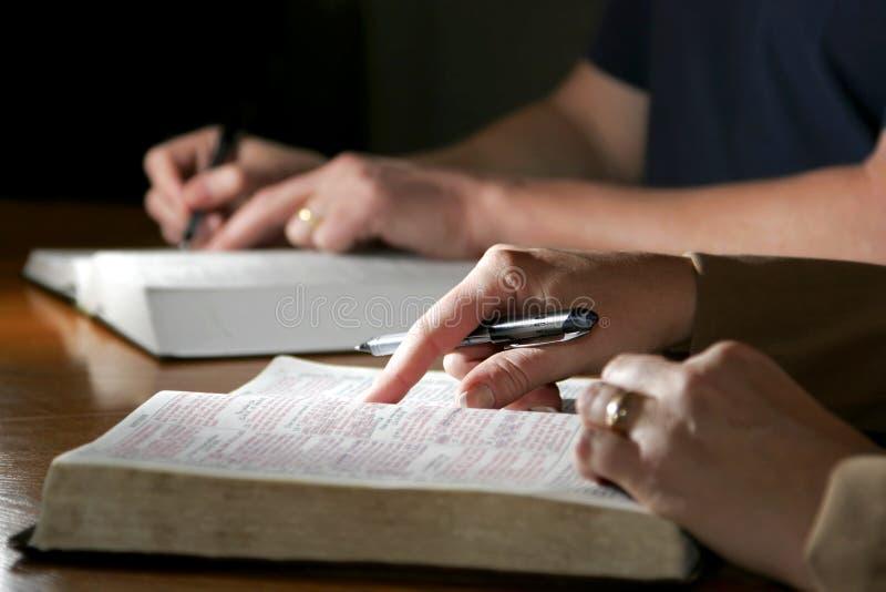 Het Paar van de Studie van de bijbel royalty-vrije stock afbeeldingen