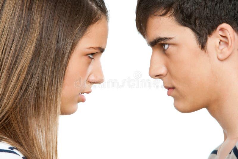 Het paar van de tiener met dwarsgezichtsuitdrukking. stock fotografie