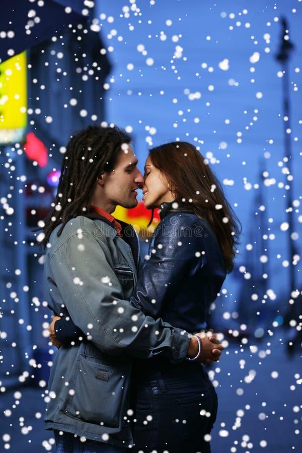 Het paar van de winter in liefde stock foto