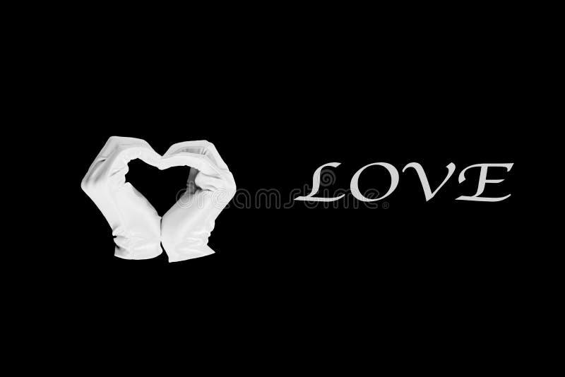 Het paar van dient de vorm van hart op een zwarte achtergrond in liefde en verhoudingenconcept - close-up van handen die hartvorm stock fotografie