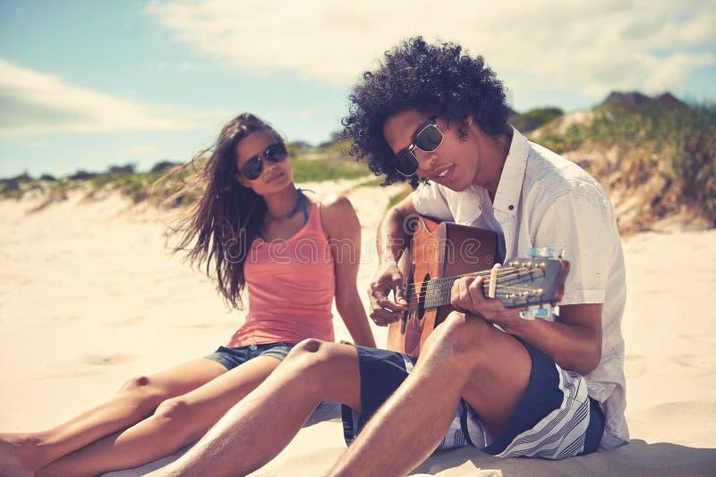 Het paar van het gitaarstrand royalty-vrije stock foto