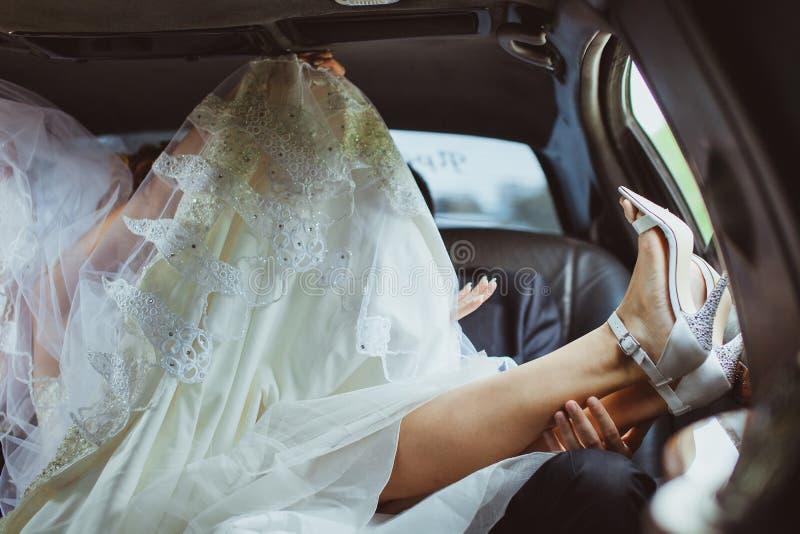 Het paar van het huwelijk in auto stock afbeelding
