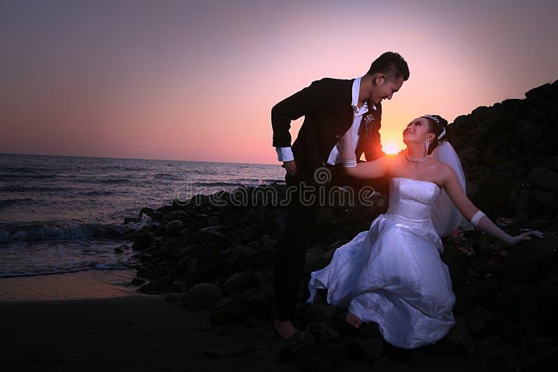 Het paar van het huwelijk bij strand royalty-vrije stock afbeeldingen