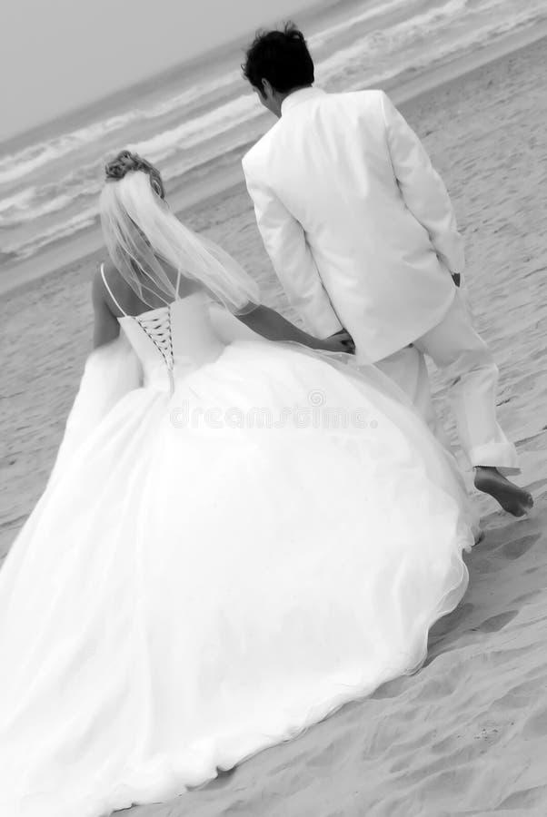 Het Paar van het huwelijk bij Strand royalty-vrije stock afbeelding