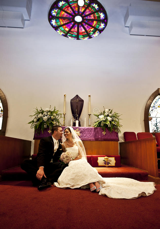 Het paar van het huwelijk in een kerk royalty-vrije stock foto's