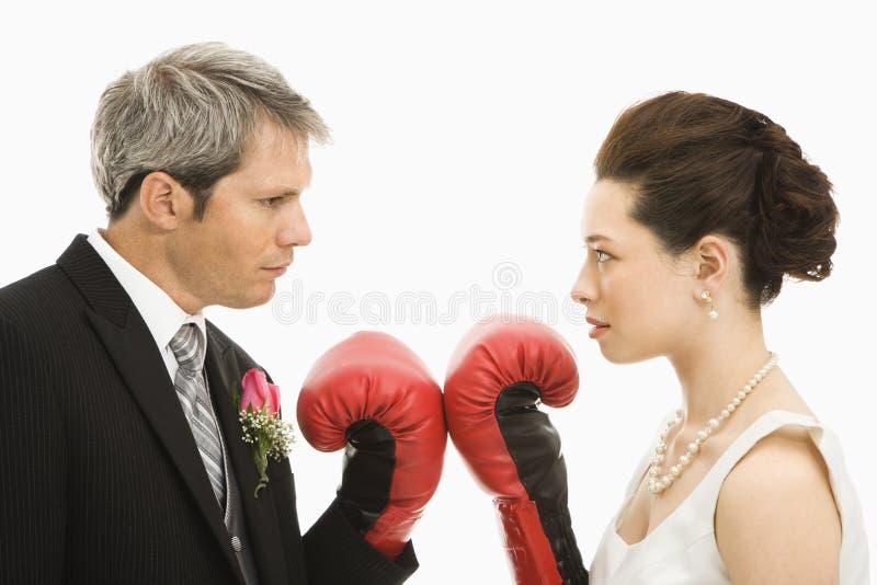 Het paar van het huwelijk het in dozen doen