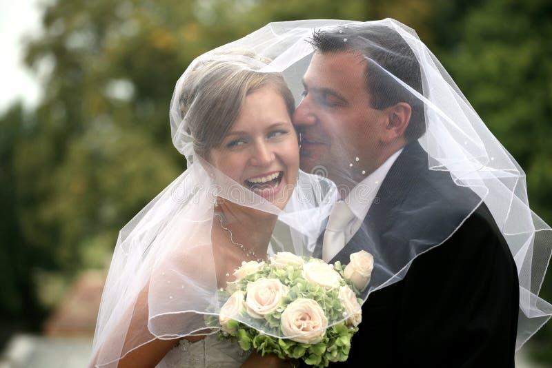 Het paar van het huwelijk het kussen stock foto's