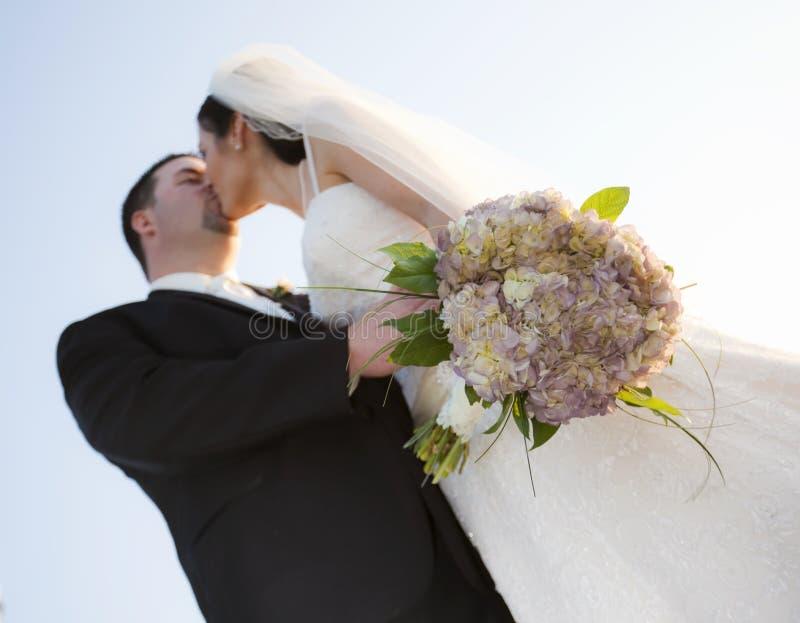 Het paar van het huwelijk het kussen stock afbeeldingen