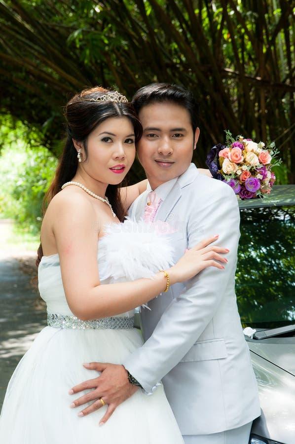 Het paar van het huwelijk in het park in Thailand stock foto's