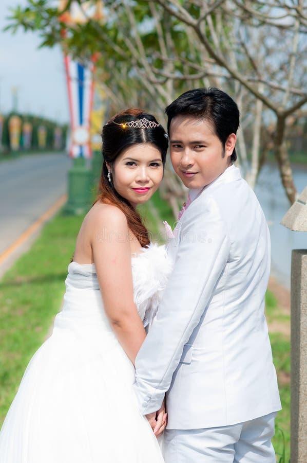 Het paar van het huwelijk in het park in Thailand royalty-vrije stock foto