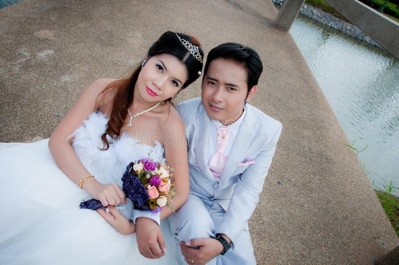 Het paar van het huwelijk in het park in Thailand stock afbeelding