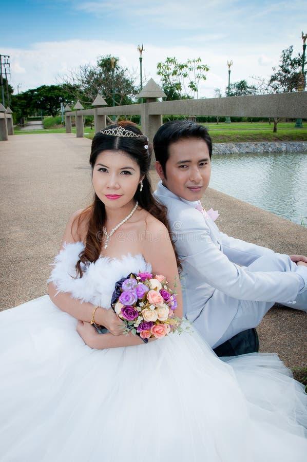 Het paar van het huwelijk in het park in Thailand royalty-vrije stock fotografie