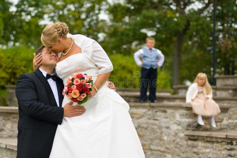 Het paar van het huwelijk met jonge geitjes stock foto