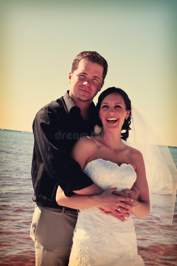 Het paar van het huwelijk op strand stock foto