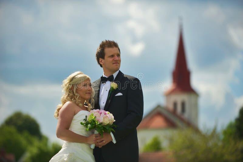 Het paar van het huwelijk voor kerk royalty-vrije stock foto