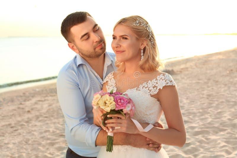 Het Paar van het huwelijk Het koesteren van de bruid en van de bruidegom stock afbeeldingen