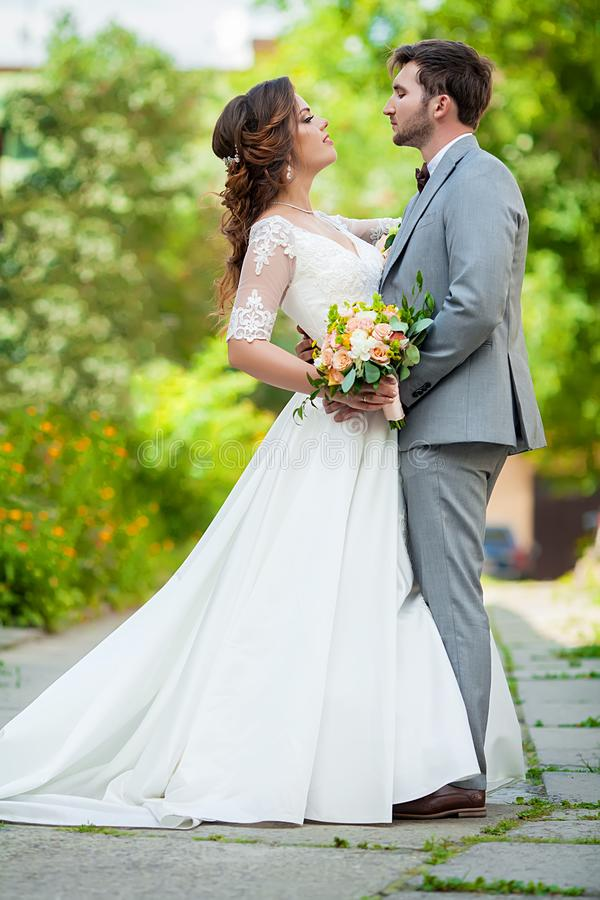 Het Paar van het huwelijk Mooie Bruid en Bruidegom Enkel gehuwd Sluit omhoog Gelukkige bruid en bruidegom bij hun huwelijk het ko stock foto