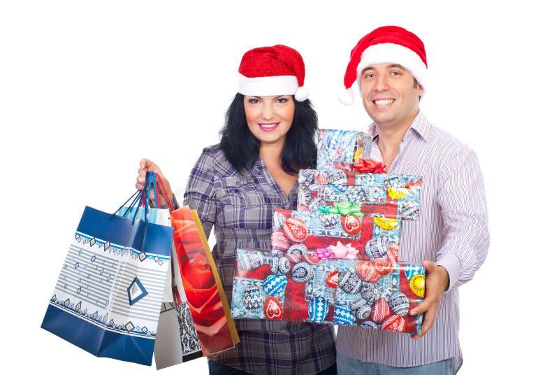 Het paar van Kerstmis met het winkelen zakken en dozen stock foto's