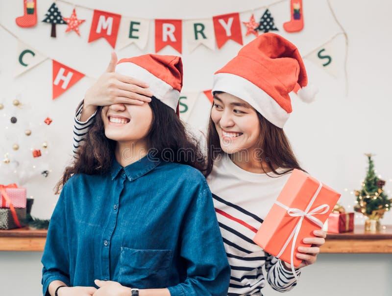 Het paar van het meisjesminnaars van Azië, meisje dicht oog aan verrassingsvriend royalty-vrije stock foto