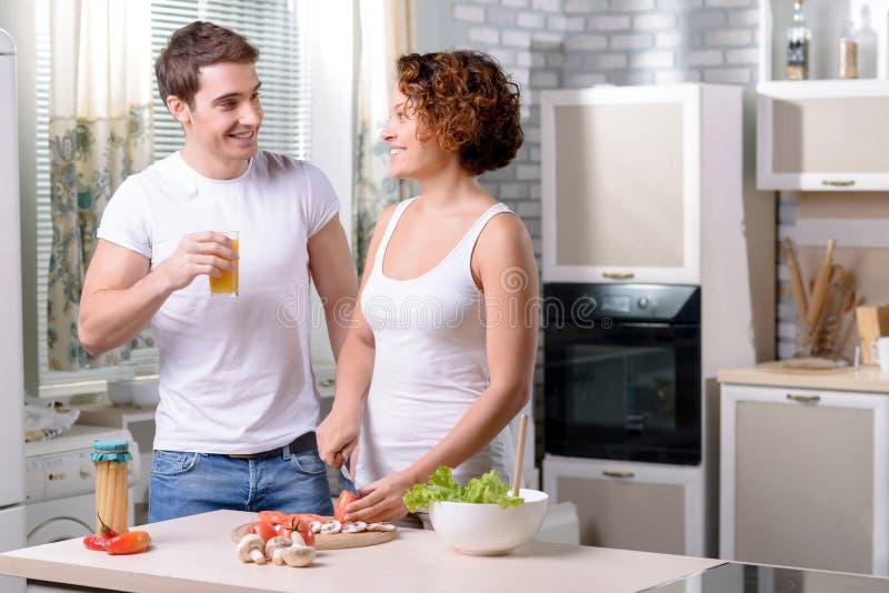 Het paar van Nice het koken in de keuken stock afbeelding