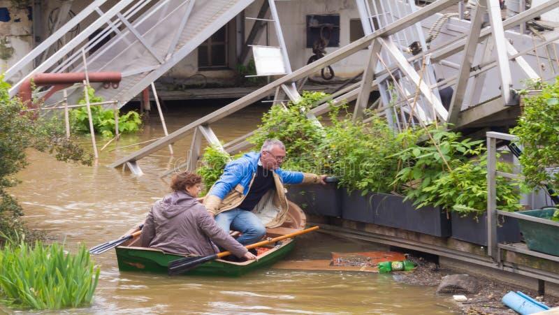 Het paar van Parijzenaars op de Zegenrivier in vloed, Parijs royalty-vrije stock afbeeldingen