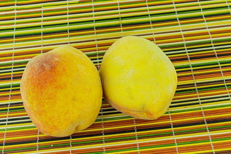 Het paar van sappige vruchten gehele fruitbron van vitamineningrediënt drinkt dessertsclose-up op een kleurrijke achtergrond royalty-vrije stock fotografie