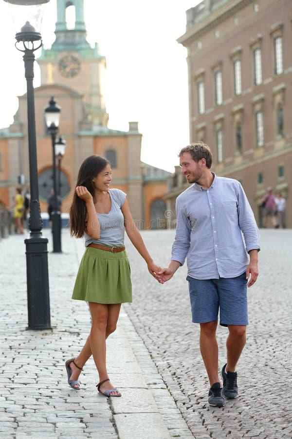 Het paar van Stockholm lopen romantisch door Royal Palace royalty-vrije stock foto's