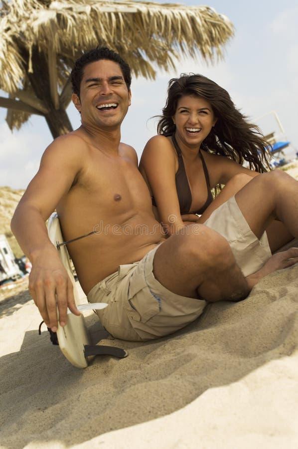 Het paar van Surfer het lachen stock afbeelding