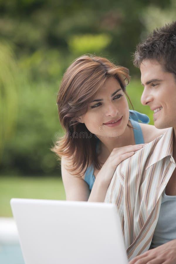 Het Paar van Technologie van het huis met Laptop in Tuin stock foto's